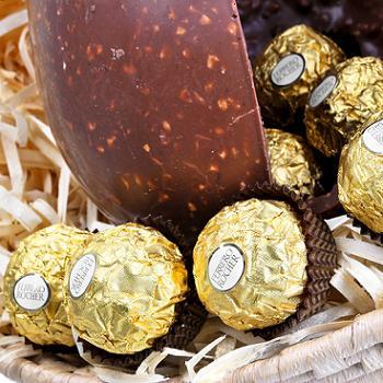 Ovo de Páscoa Ferrero Rocher e bombons