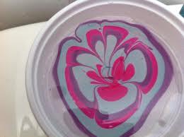 Esmalte no copo com água, para fazer unhas marmorizadas