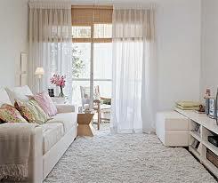 Sala decorada em tons claros
