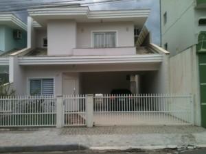 fachadas-de-sobrados-com-varanda-3