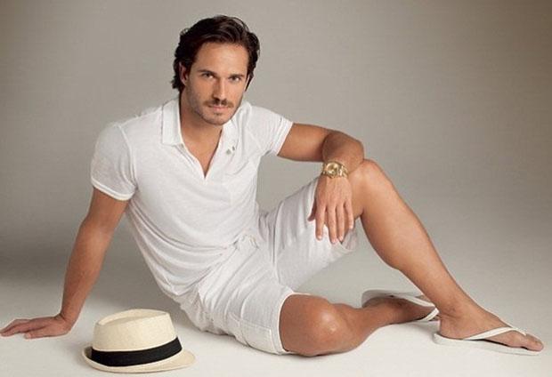 Look branco para praia: Camisa polo, bermuda, havaianas e chapéu Panamá. uma (Foto: Divulgação)